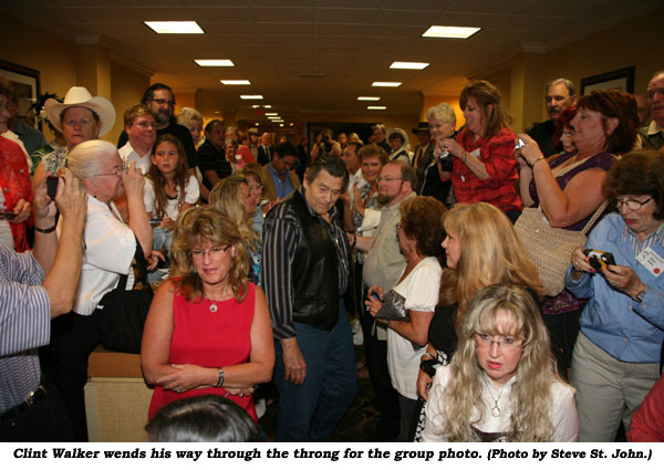 Clint Walker wends his way through the throng for the group photo.  (Photo by Steve St. John.)