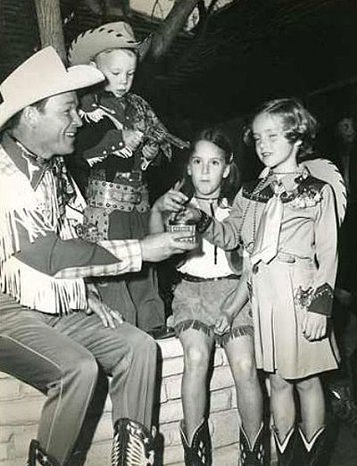 Roy Rogers hands Alan Ladd's daughter Alana some candy. (Thanks to Jerry Whittington.)