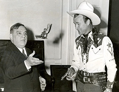 Roy Rogers teaches a few gun tricks to New York Mayor Laguardia on October 7, 1943.
