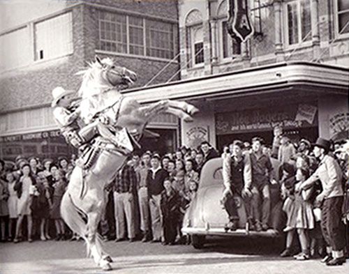 Roy and Trigger make a public appearance in front of an unknown theatre. Anybody out there recognize the theatre?