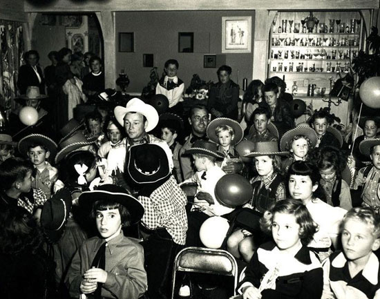 Roy Rogers and Alan Ladd at a children's birthday party. Date unknown but looks to be late '40s or early '50s. (Thanx to Jerry Whittington.)
