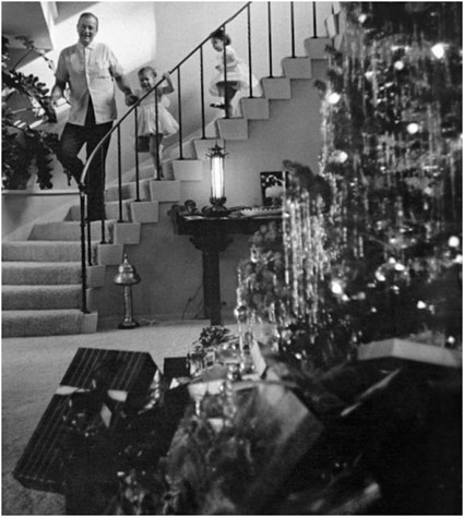 John Wayne celebrates a '50s Christmas with daughters Aissa and Marisa. (Thanx to Jerry Whittington.)