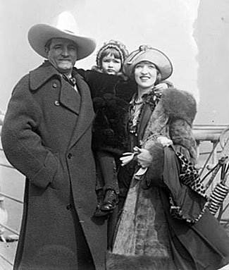 Tom Mix and wife Victoria Forde with daughter Tomasina. Tom and Victoria were married from 1918 to 1932.